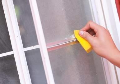 Как можно очистить скотч от пластикового окна: обзор эффективных средств в Тольятти